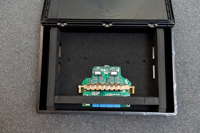 sonderanfertigung esd box mit speziell gefertigter schaumplatte inkl aussparung zur aufnahme von platinen